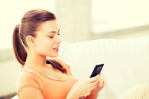 IKKE LURT: Du bør ikke legge telefonen i BH'en. Den kan rett og slett bli ødelagt, mener ekspert.