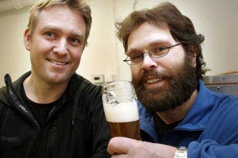 FORNØYD: Bryggerimestrene Rune Andre Ludviksen (t.v.) og Bjørn Stangnes kan skåle for ølsalget.