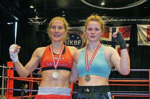 Mari Lovise Lidal (t.h) etter NM-finalekampen mot verdensmester Thea Therese Næss (t.v), som Tjeldsund-jenta tapte knepent. Målet er ta over tronen som verdens beste kickbokser.