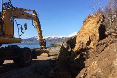STEINBLOKKER: Det skal være rundt 30 kubikk med stein som er kommet fra skrenten ved Galtnes på fylkesvei 86. Foto: Torgeir Bråthen