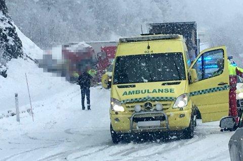 OMKOM: En kvinne omkom i denne ulykka på E8 på Hundbergan utenfor Tromsø 16. mars i år. Saken er fortsatt under etterforskning. Foto: Stian Saur