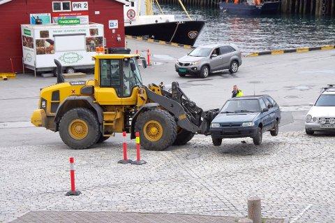 FJERNER PARKERTE BILER:  I formiddagstimene fjernes blant annet parkerte biler for å rydde plass for konge- og presidentbesøket. Foto: Trond Lauritzen Fure