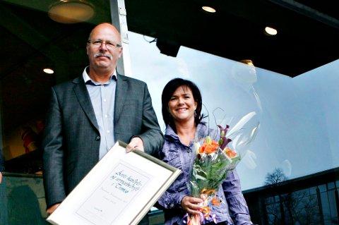 Finn Johannessen vil ikke stenge Skippergata for trafikk. På dette bildet fra 2008 mottar han og Trine Johannessen Gudmundsen prisen for Årets Service og handelsbedrift 2008. Dette er 3.gang de mottar prisen.