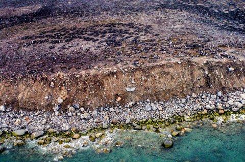 Flyfoto fra 2004. Gravfeltet strekker seg fra raskanten og videre innover på sletten. Gravene er synlige som mørke felt.