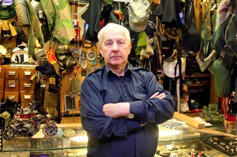 VEMODIG: Karl Mathisen og kona har drevet butikken i 30 år. Om en måned er den borte. Mathisen innrømmer at det blir litt vemodig.