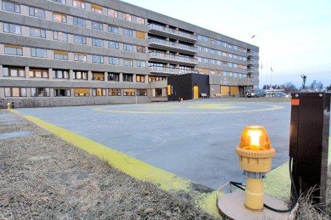 OVERLEVDE: Den 38 år gamle kvinnen overlevde knivdramaet etter at hun fikk behandling her på sykehuset i Harstad.