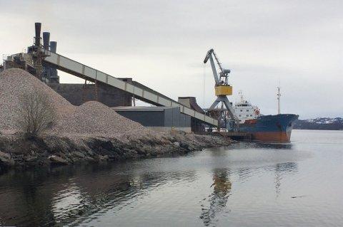 Lossing ved kaia til smelteverket Finnfjord AS.