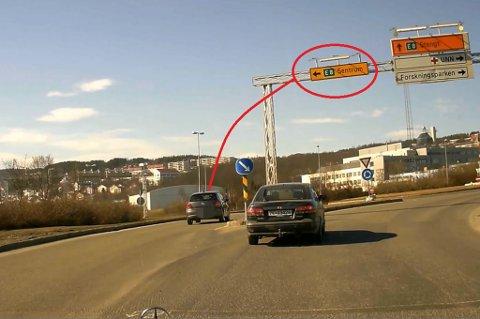 SKJEDDE IGJEN? Er det dette skiltet som forvirrer tromsøbilistene i rundkjøringa på Stakkevollveien nedenfor UNN? Erik Vorontsov fanget et nytt tilfelle  opp på sitt dash-cam her om dagen. Foto: Erik Vorontsov