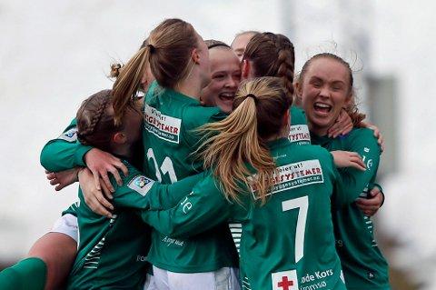Elin Åhgren Sørum (midten) omkranses av lykkelige lagvenninner etter drømmemålet mot Byåsen.