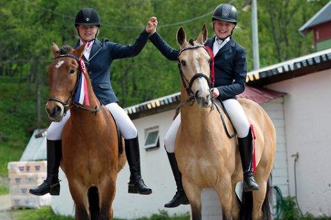 HEST ER BEST: Maren Elisa Liland Ouren (12) og Sara Nordli (12) lever for hestene sine. Ansvarsfølelsen og utviklingene jentene har som følge av lidenskapen, gjør at Saras mor Lena gladelig betaler over hundre tusen kroner i året for at datteren skal holde på.