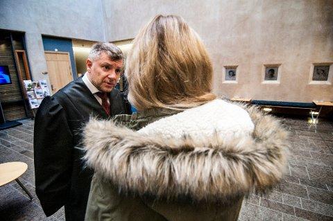 KAN ANMELDE: Kvinnen som ble utsatt for overgrep av tromsømannen på 90-tallet, vurderer nå å anmelde Kriminalomsorgen etter at han rømte underveis fra Vadsø til Bergen. Her sammen med sin bistandsadvokat Sjak R. Haaheim da saken gikk for Nord-Troms tingrett i fjor høst.