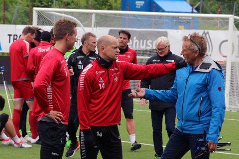 FÅR RÅD: TILs raskeste spiller, Hans Norbye (midten) får klare råd om å bruke farta mer av testansvarlig Svein-Arne Pettersen (t.h). Morten Gamst Pedersen til venstre.