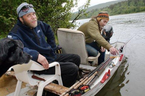 Mika Hiltunen (t.v.) og Finn Nilsen gir dram til elva for å få laks.