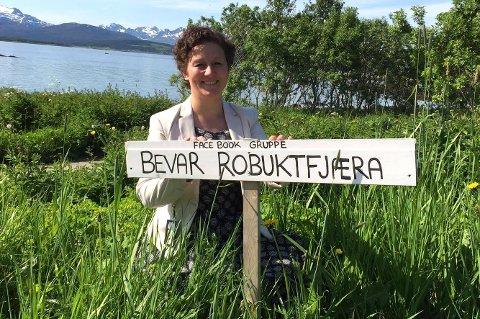 GAVE TIL FOLKET: Kristin Røymo vil at Robukta skal bevares som friluftsområde. Mandag var hun i møte med tomteeier Bård Sverdrup.
