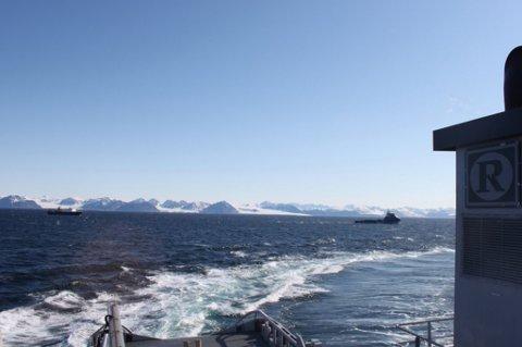 LANG SLEPETUR: Cruiseksipet Ortelius bak Polarsyssel i dag. Bildet er tatt fra KV Sortland som følger slepet. Foto: KV Sortland.