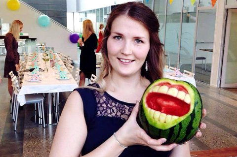 """Trude Merethe Alexandersen lagde denne """"tannmelonen"""" da kullet hennes på tannlegestudiet skulle ha avslutningsfest. Dekorasjonen ble en stor suksess, et midtpunkt blant ivrige selfietakere og snapchattere."""