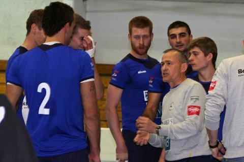 Edgar Broks (t.h) mener den nye sluttspillordningen i norsk volleyball gir flere viktige kamper og BK Tromsø-treneren mener det vil løfte nivået.