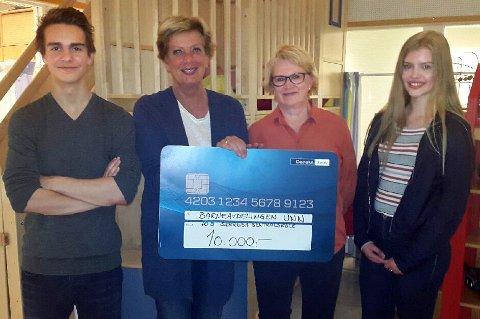 Sjekk den! Andre Fyhn, Tove Smedsrød, Ingrid Nergård og Jenny Larsen med penger til barneavdelinga på UNN.