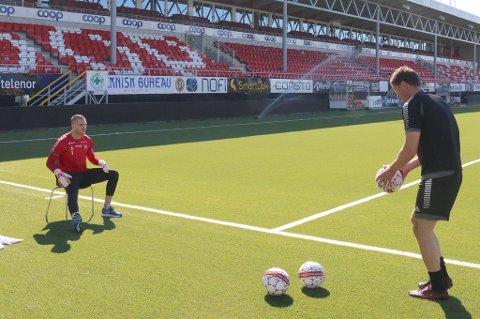 KREATIVE LØSNINGER: Gudmund Kongshavn sliter med kneet, og må være kreativ i treningsarbeidet. Her sammen med keepertrener Inge Takøy (t.h.).