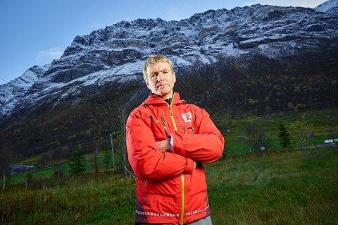 EVAKUERING: Flere beboere måtte evakueres da Oksfjellet i Kåfjord var nær å rase ut i oktober i fjor. Sjefgeolog Lars Harald Blikra ved NVE sier nye fjell i Tromsø nå skal undersøkes som del av et nasjon kartleggingsprogram.