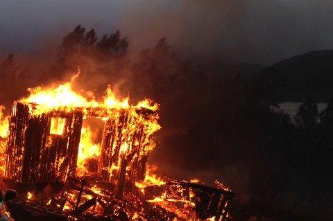 BRANN: En hytte ble totalskadet i brann i Langfjordbotn 9. september i fjor. En 35 år gammel mann er tiltalt for å startet den eksplosjonsartede brannen.