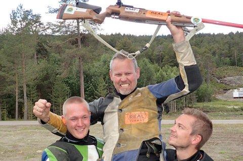 Roy Håkstad fra Lakselvdal på gullstol med sine lagkamerater Truls Pedersen (t.v.) og Marius Levang etter LS-seieren på Lesja i fjor, som var hans fjerde totalt. I Øverbygd til uka kan han skrive ny historie.