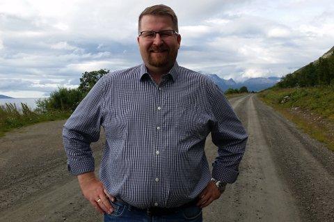 MANER TIL KAMP: Tom Arild Ottesen, leder i utviklingslaget i Stakkvik og omegn, maner til kamp mot Troms fylkestrafikk som vil kutte i rutetilbudet på Reinøya. Foto: Privat