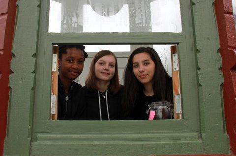 SOMMERJOBB: Ida Mboge (14), Embla Bjørnflaten (15) og Frida Lejon (15) skal i sommer jobbe i den gamle kiosken på Prostneset. Foto: Astrid Øvre Helland