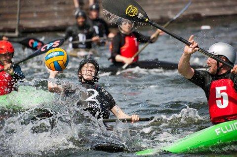 Ulrik Klena (t.h) forsøker å blokkere.