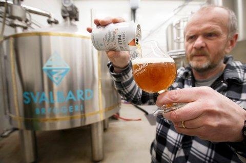 LONGYEARBYEN  20160229. Robert Johansen er grunnleggeren og daglig leder av verdens nordligste bryggeri, Svalbard Bryggeri, som tappet sitt første øl august 2015. Nå produserer de flere tusen liter med ulike typer øl i uken. Ølet selges etterhvert over hele landet.  Foto: Heiko Junge / NTB scanpix