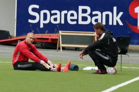 SKADET: Førstekeeper Gudmund Kongshavn står over morgendagens kamp mot Haugesund grunnet en irritasjon i kneet. Her på fredagens trening sammen med keepertrener Inge Takøy.
