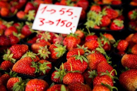 Norske jordbær av sorten Korona til salgs i Holmenkollenveien onsdag. En lapp indikerer at én kurv med bær koster kr. 55.  3 kurver koster 150. Foto: Erlend Aas / NTB scanpix