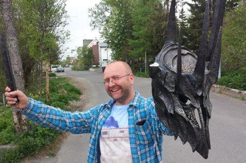 Pål Bøckmanns bruktbutikk går så det suser. Her i godt humør da han fikk tilbake en frastjålet Sauron-maske for to år siden.