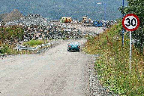 Dette er den nye veien gjennom Finnsnes fra mandag av. Omkjøringsveien i Sjøgata går delvis på grus.