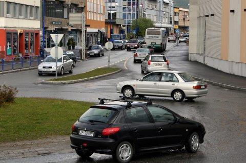 Finnsnes sentrum  trafikk - bilkjøring  miljø  Har Finnsnes et trafikkproblem? Dette er Rv 86 gjennom sentrum klokka 14.22 onsdag.