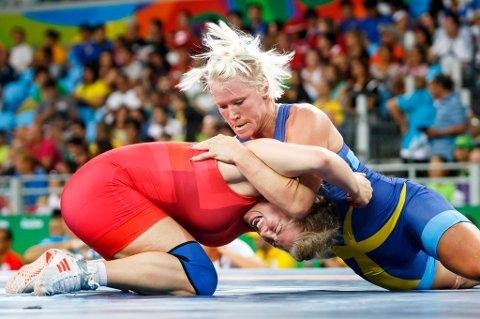 Norges første kvinnelige bryter, Signe Marie Fidje Store (i rødt), fikk juling av svenske Anna Jenny Fransson i åttendedelsfinalen i den olympiske brytehallen i Rio de Janiero onsdag.  Hun tapte 0-9.