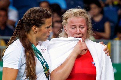 Tanajenta Signe Marie Fidje Store (t.h) forlot OL-årenaen i smerter og tårer etter 0-9 i debuten mot svenske Anna Jenny Fransson. 20-åringen vil slå tilbake om fire år.