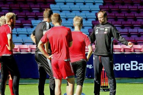 Sigurd Rushfeldt (t.h) er tilbake rundt A-laget som avslutningstrener én gang i uka. Fredag ledet han den første økta, som skal forbedre TILs effektivitet.
