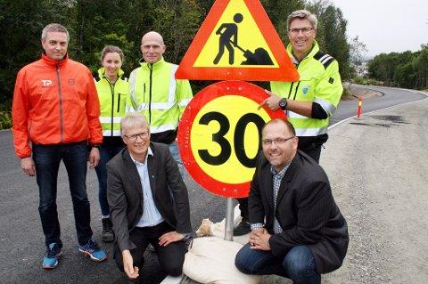 PASS OPP: Ny, flott vei - men like lav fartsgrense. Geir Fredriksen og Louis S. Edvardsen (foran), Trond Pettersen (bak t.v.), Helle Bendiksen, Atle Solberg og Kato Fredriksen.