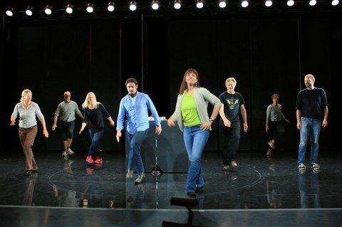 """I Hålogaland Teaters nye oppsetning """"Landstrykere"""" skal det danses linedance. Men først må det læres. Tirsdag fikk  skuespillerne kurs på scenen av danselære Julie Rakkestad. Foto: Susanne Noreng"""
