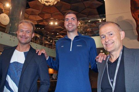 BKTs nykommer Kristjan Valdimarsson (midten) ruver 204 centimeter over bakken, godt over BKT-trener Edgar Broks (t.h) og Hans Christian Ribe (t.v) i BKTs elitestyre.