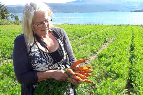 NYTT TILBUD: Leikny Sofie Toften i Troms Landbruksrådvigning er en av de fire som startet abonnementsordningen for økologiske grønnsaker i Tromsø. Nå satser de på fullverdige middagskasser.