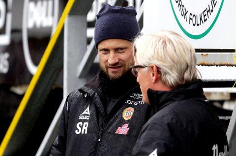 Sigurd Rushfeldt i samtale med Bård Flovik fredag. Rushfeldt mener TILs angrepsspillere har mye å gå på når det gjelder avslutninger etter innlegg. Der ønsker han å bidra til en bedring og større effektivitet.