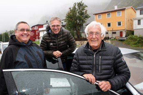 TESTER DEKNING: DAB-gjengen Olav Fostås (t.v.), Petter Hox og Tore Øvensen på kaia i Gryllefjord etter en uke på veien i Troms og Finnmark.