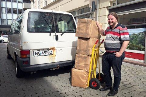 Her står Tarjei Leer-Salvesen med 106 kilo papir har har fått tilsendt fra Helse Nord. Foto: Ole Dag Kvamme