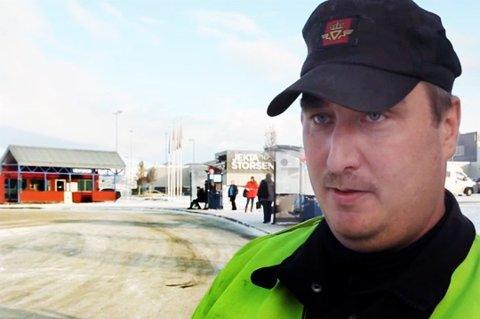 ILA BRUKSFORBUD: Tungbilkontrollør Roger Furumo og hans kolleger stopper fire modulvogntog som var altfor lange denne uka.