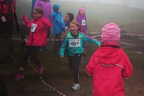 Ivrige deltakere mot mål i tåka under fjorårets barneløp på Tromsø Skyrace. I år håper man på både bedre vær og flere deltakere på gratisarrangementet.