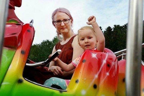 TIVOLI: Monika Steinholm og datteren Thalia på Finnsnes i fest i fjor. Nå har forfatteren lagt handlingen i sin siste bok til denne festivalen.