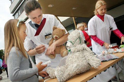 Mia Eline og sykepleier Tine doktorerer på bamsene.
