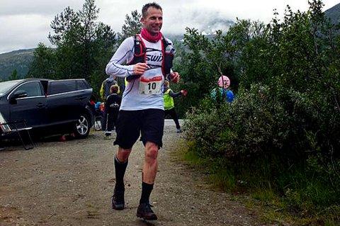 Morten Moldskred i aksjon under Hamperokken Skyrace lørdag, der 36-åringen løp 53 kilometer og 4.600 høydemeter på ti timer og 48 minutter. Dagen etter stilte han på Finnsnes-trening, og to dager etter løpet spilte han kamp mot TIL 2.